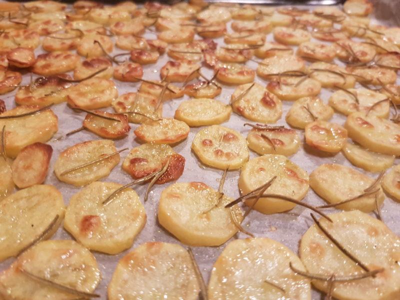 Ricetta: petto di pollo marinato con funghi cremosi e chips di patate