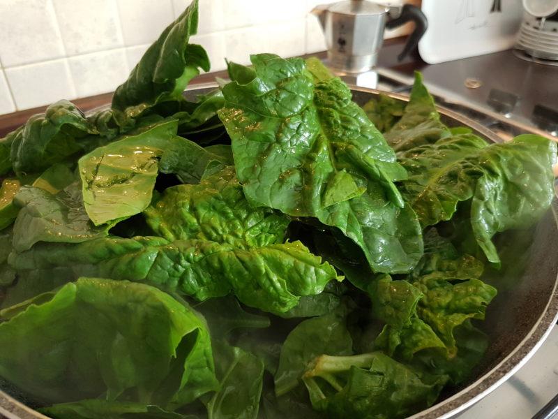 Tortino integrale con spinaci e meringhe salate
