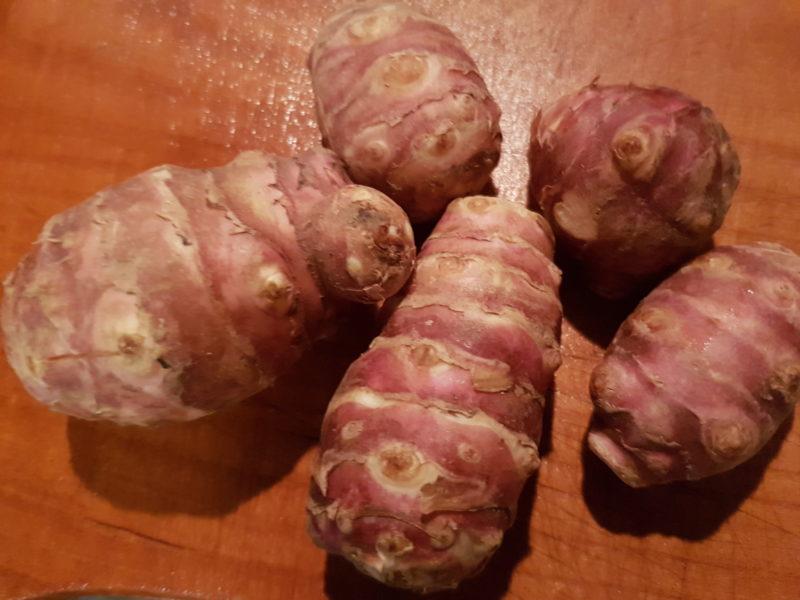 Coscia di pollo alle spezie con cavolfiore, topinambur gratinati e patate viola