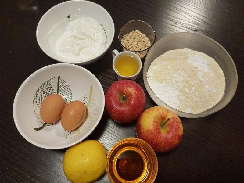 Torta soffice di mele, yogurt e pinoli