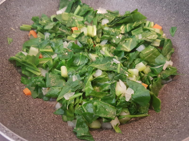 Farro saltato con erbette e pomodori secchi