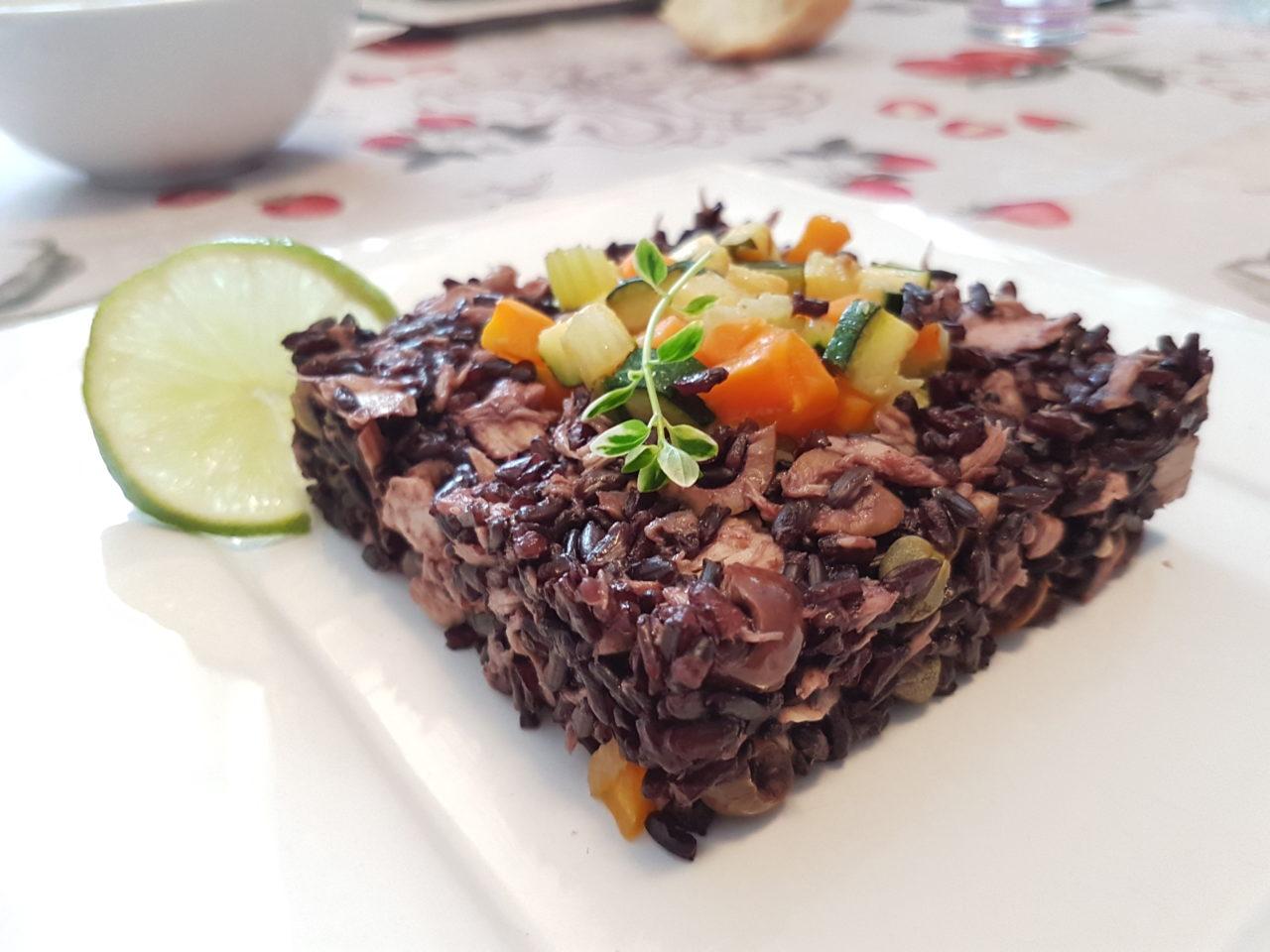 Insalata leggera di riso venere con verdure