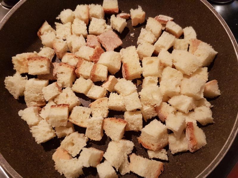 Vellutata di asparagi bianchi, caprino e pinoli