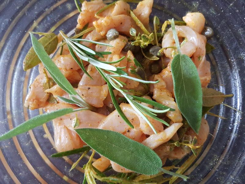 Straccetti di pollo marinati con farro e salsa allo yogurt