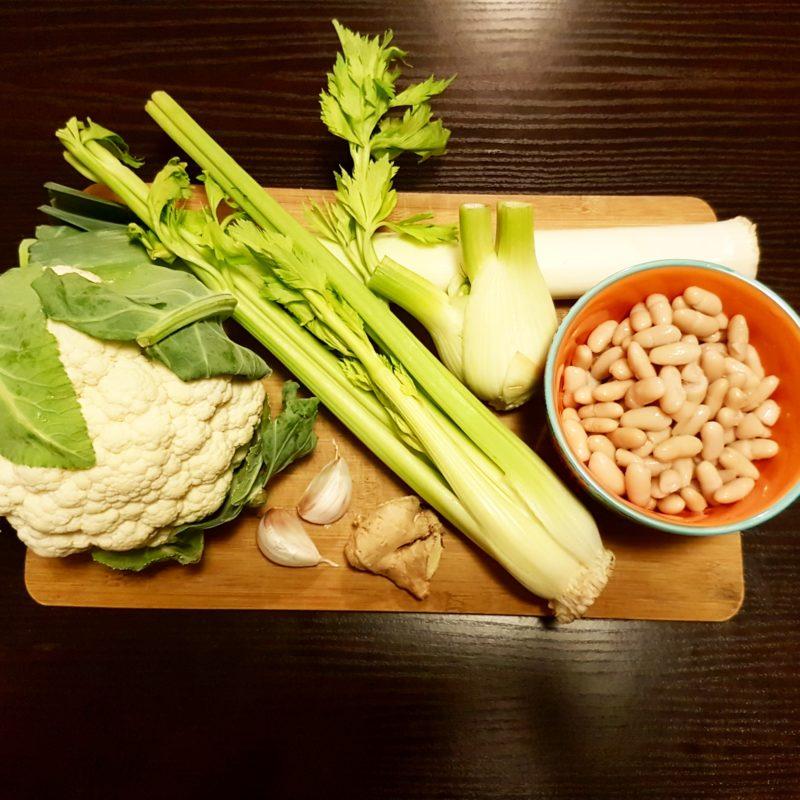 Zuppa cremosa di cannellini e verdure bianche autunnali