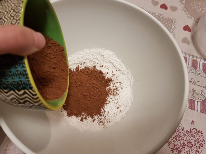 Muffins soffici al cioccolato e marmellata di frutti di bosco