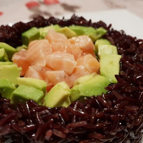 Cesto di riso venere con tartare di salmone e avocado