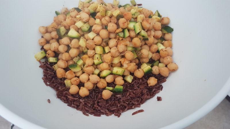 Insalata gustosa di riso venere e ceci