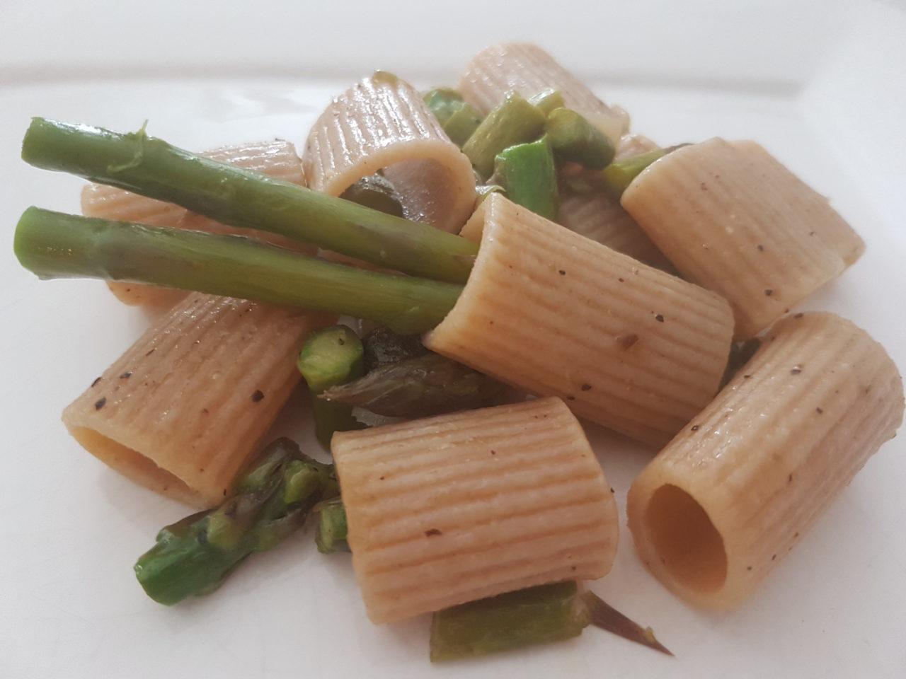 Mezze maniche integrali con asparagi
