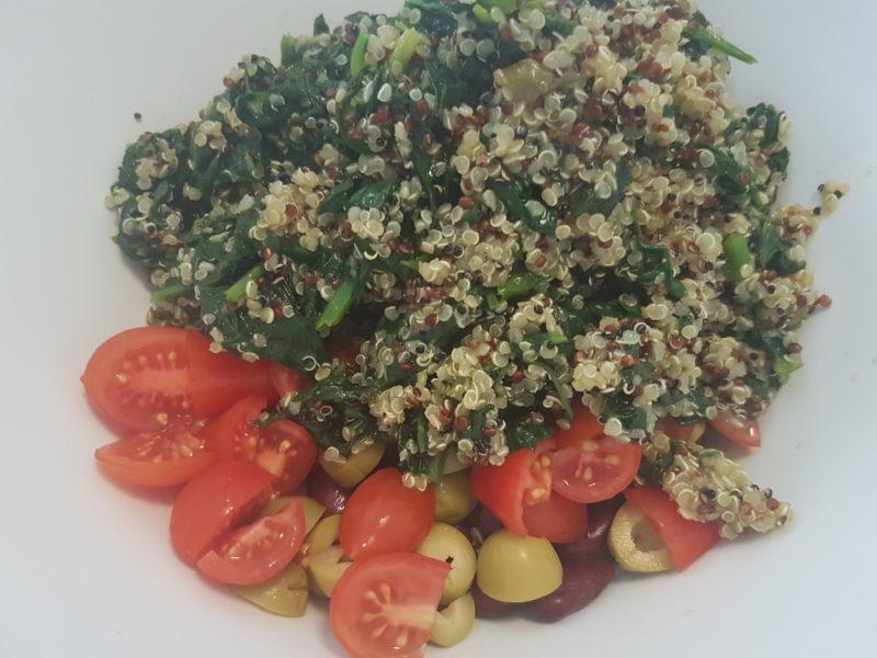 Quinoa con spinaci, fagioli rossi, olive verdi e pomodorini