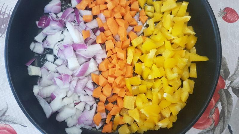 Riso venere con peperoni gialli, carote e cipolle rosse