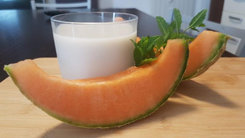 Frullato con latte di mandorla, melone fresco e menta