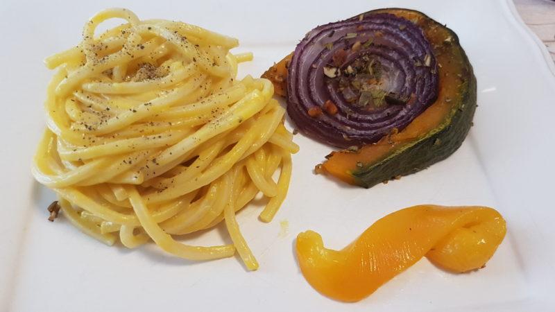 Spaghetti deliziosi con crema di zucca e stracchino di capra