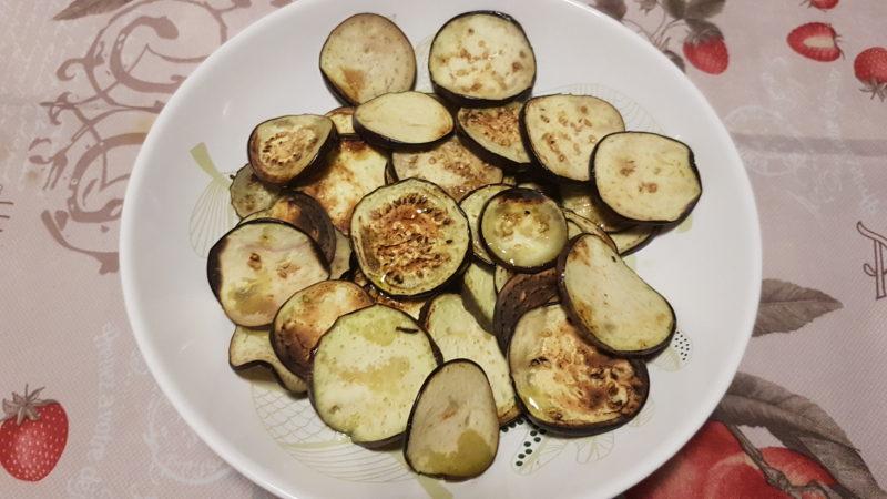 Millefoglie di verdure alla griglia con mozzarella e pesto