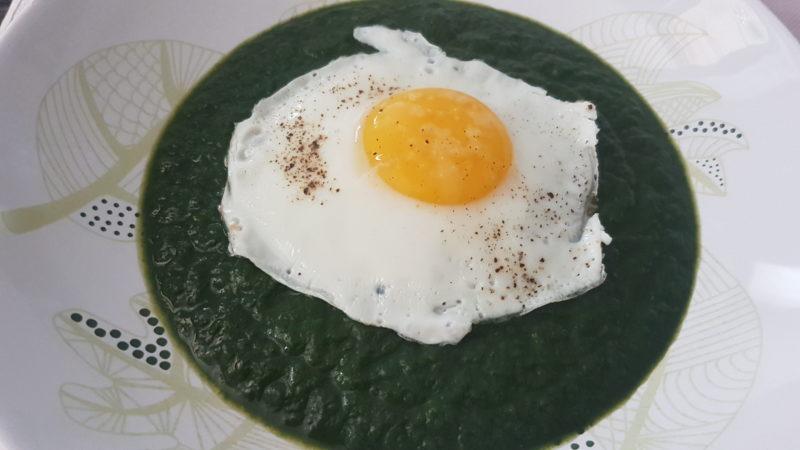 Vellutata di spinaci con l'uovo al profumo di pinoli