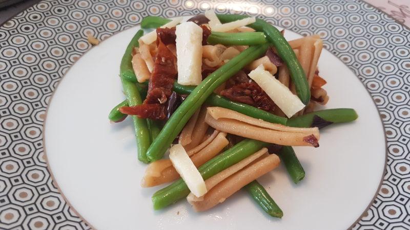 Caserecce integrali saltate con verdure, noci e pomodori secchi