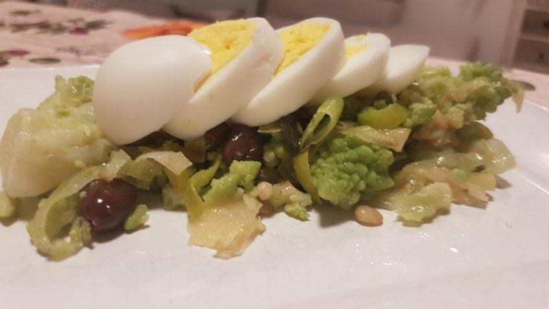 Insalata di cavolo romano, porri e uova