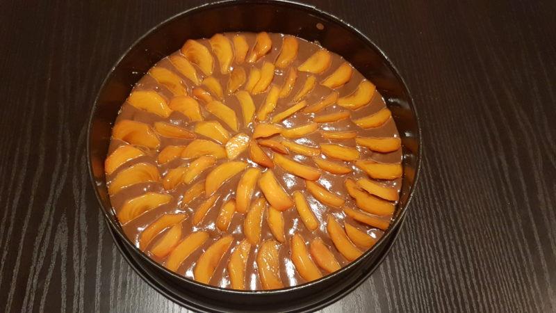 Torta con cachi, noci e cacao amaro