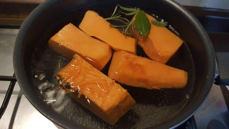 Vellutata di zucca, porri, carote e caprino