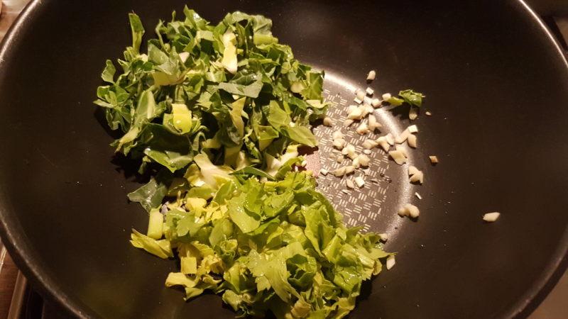 Zuppa con cime di porri, sedano e foglie di cavolo romano