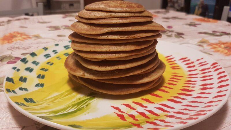Pancakes di farro e miglio con yogurt greco, noci e anguria