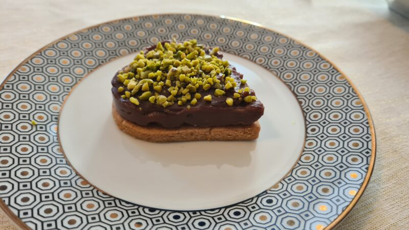 Cheesecake alla nocciola e cacao con granella di pistacchio