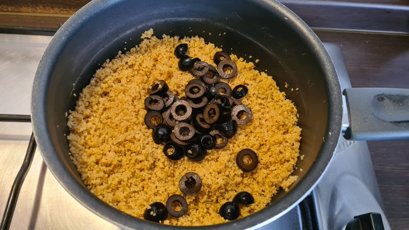 Cous cous con tonno, olive nere e verdurine